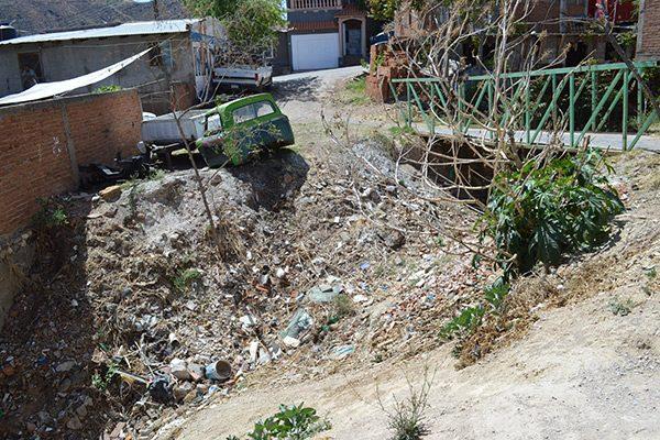 Arroyo convertido en un basurero clandestino causa peligro: Vecinos