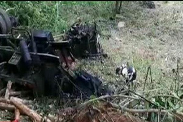 Muere chofer de camión maderero; su hijo está lesionado