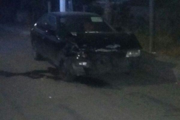 Automotor se impacta contra  unidad estacionada: se da a la fuga