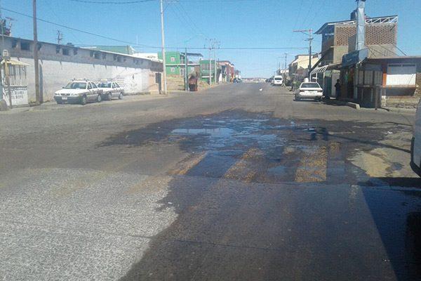Desperdicio de agua por fuga en la avenida Centauro del Norte