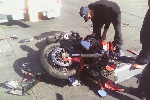 Vehículo se impacta contra  motocicleta en la Av. Independencia