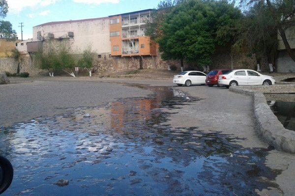Ruptura de tubería en la calle Aztecas genera fuerte tiradero de agua