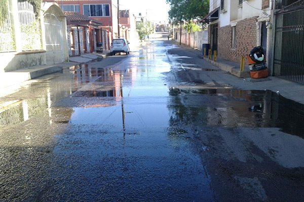 Fuga de agua en la calle Témoris,  de la Col. Infonavit Estación