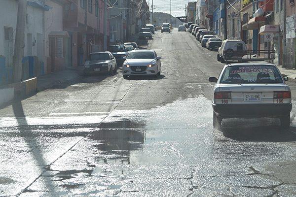 Constantes fugas de agua en la calle Ribera del Ojito