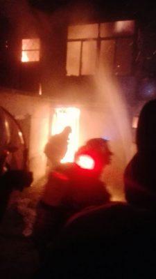Casa terminó envuelta en llamas debido a una veladora, en la Francisco Sarabia