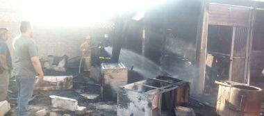 Arde vivienda deshabitada; se quema una camioneta, muebles y madera