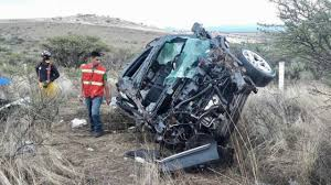Familia a bordo de camioneta cae a un barranco; muere bebé