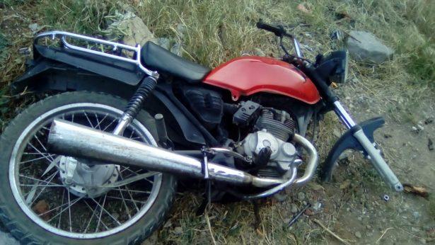 Localizan motocicleta abandonada sobre lote baldío en la colonia Reforma