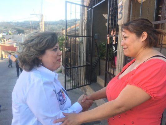 Vecinos de la Héroes y San Uriel reciben a la maestra Angeles