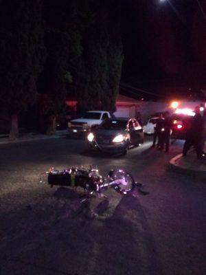 Chocan motocicleta y vehículo en la colonia Kennedy
