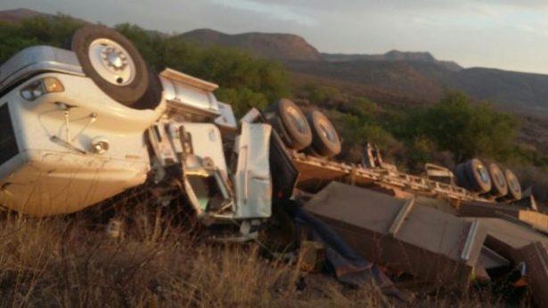 Vuelca camión de carga cerca de El Valle de Allende