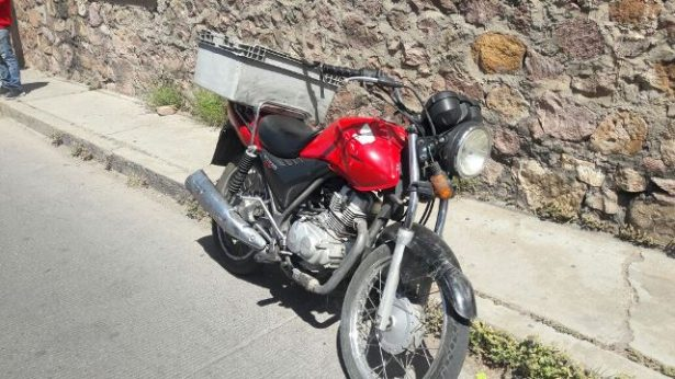 Se impacta motociclista contra vehículo particular en la calle Matamoros