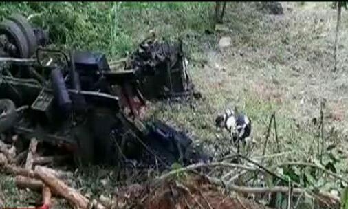 Muere camionero al caer a un barranco; su hijo resultó lesionado