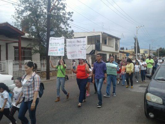 Inconformes ciudadanos por lenta respuesta de gobierno a maestros se manifiestan