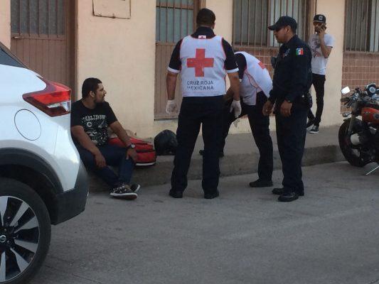 Impacta motocicleta y vehículo en la avenida Centenario