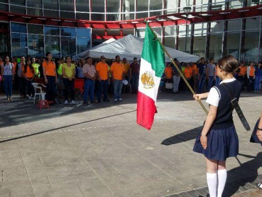 Maestros paristas realizan honores a la bandera Mexicana