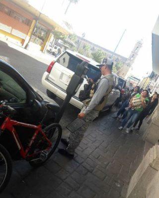 Personal  de Parquímetros multa camioneta de AMLO
