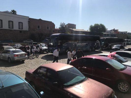 Llegan a la ciudad cientos de militantes y simpatizantes a la vista de Andrés Manuel López Obrador, candidato a la presidencia de la República por el partido MORENA