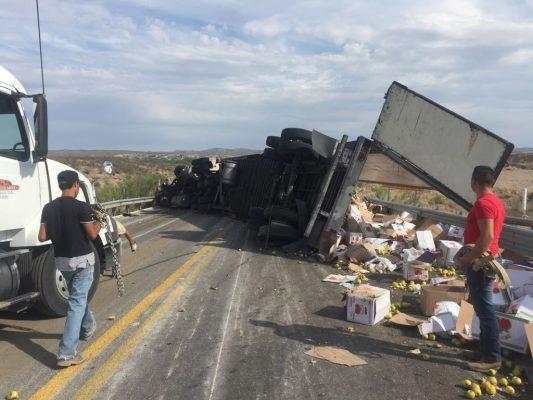 Camión que transportaba manzanas vuelca en la vía corta cerca de Zaragoza
