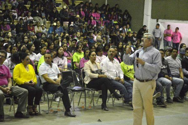 Conferencia Magistral de Macario Schettino ante más de mil estudiantes en Guadalupe y Calvo