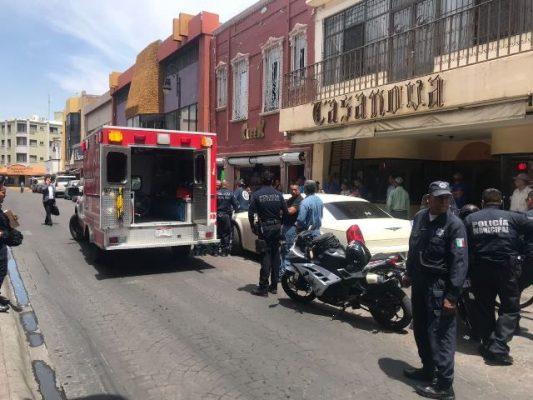Provocan accidente con motociclista al abrir la puerta, en la mercaderes