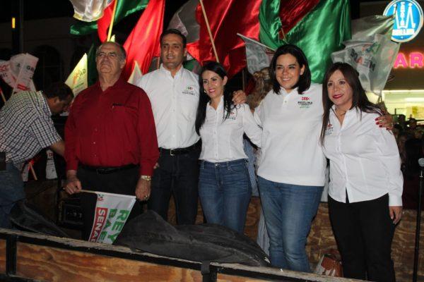 Con pega de engomados arranca campaña José Luis Martínez
