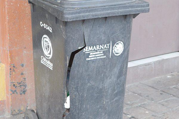 Destrozados, más de 6 depósitos de basura del centro histórico