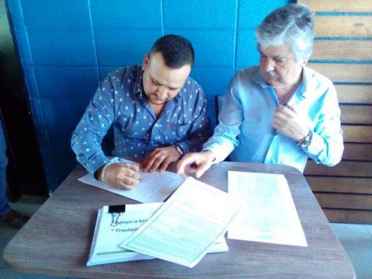 Arturo Medina firma sus propuestas ante Notario Público