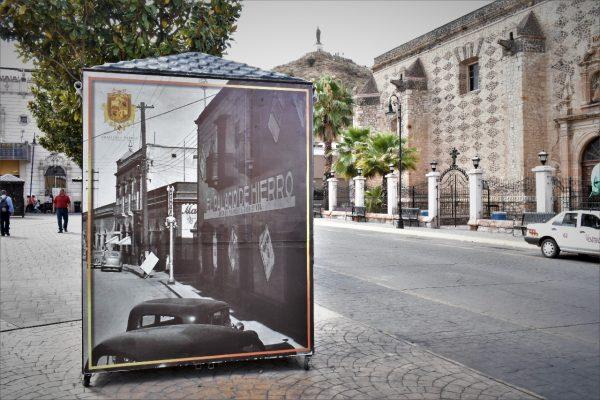 Visten con fotos antiguas los puestos de aseadores de calzado en la Plaza Principal.