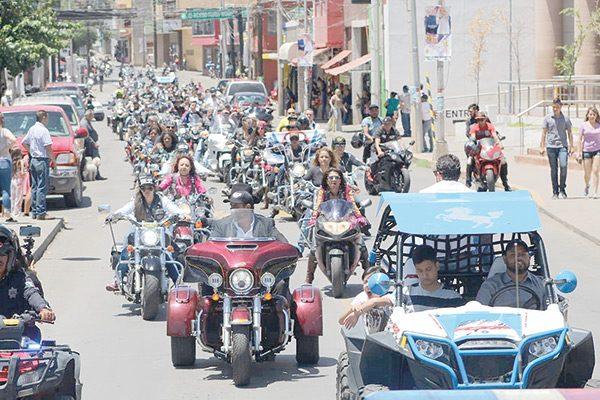 Desfilan más de 2 mil motociclistas