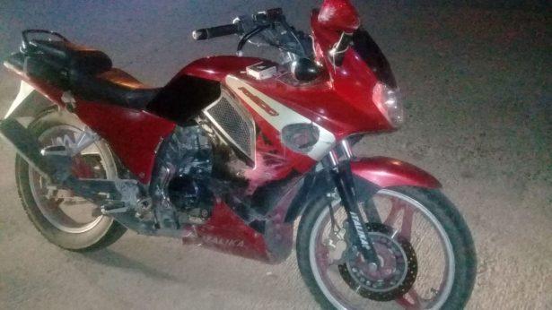 Impacta automotor a motociclistas, para posteriormente huir del lugar