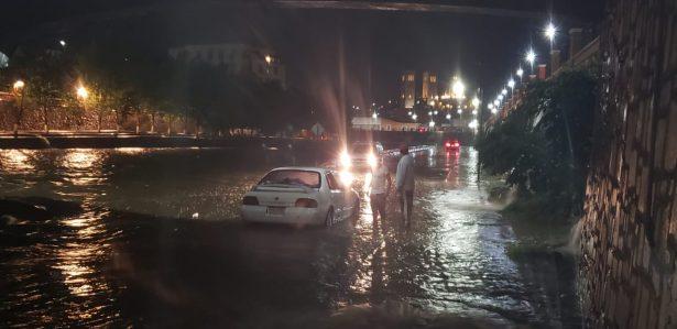 Torrencial aguacero azota la ciudad; 5 autos varados en el río