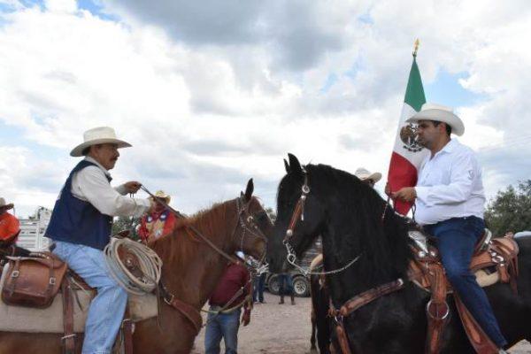 """Este martes, en Zapién, el Alcalde, Alfredo Lozoya, recibió el estandarte de la """"XXIII Gran Cabalgata Villista"""""""