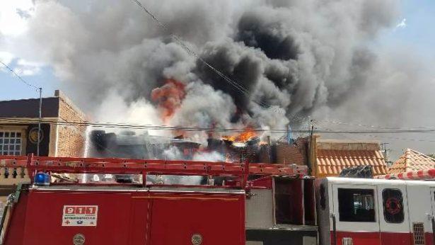 [Vídeo y Galería] Voraz incendio consume casa entera en la colonia Almanceña