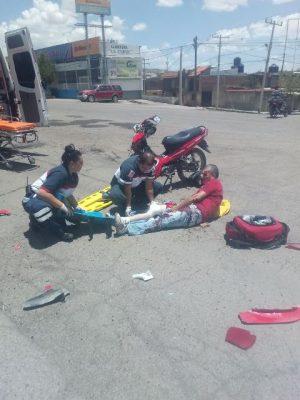 """[Galería] Choca moto contra camioneta que dio vuelta en """"U""""; motociclista severamente lesionado"""