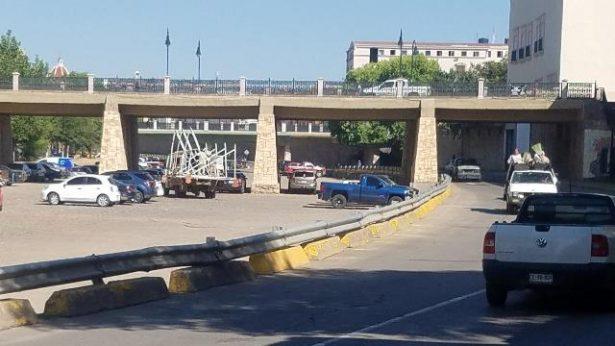 Camión de municipio queda atrapado en el puente Francisco Villa