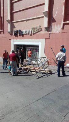 Cae hombre de un andamio en el centro, fue llevado a un hospital