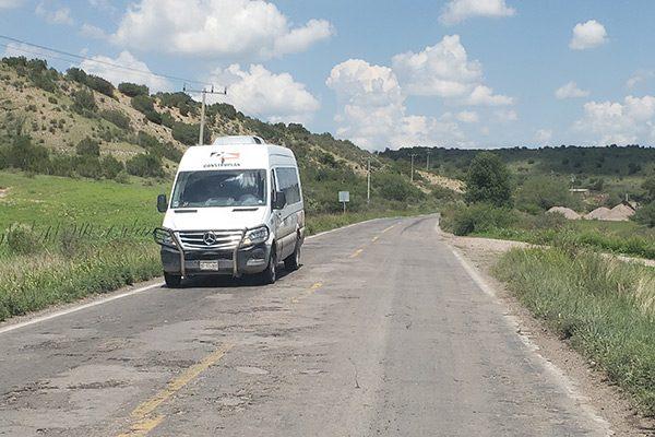 Carretera peligrosa por tanto bache