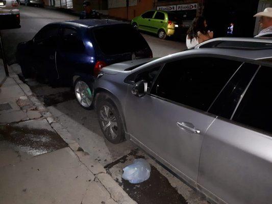 Se queda sin frenos al estar estacionado y se proyecta contra un automotor