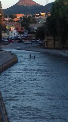 Sorprenden a niños bañándose en el río