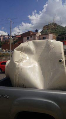 Se incrusta tinaco de 2500 litros en vehículo que circulaba sobre el Periférico