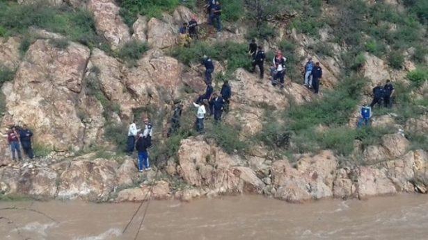 Acude el grupo de buceo nutria de Balleza a buscar a las personas que se llevo el río