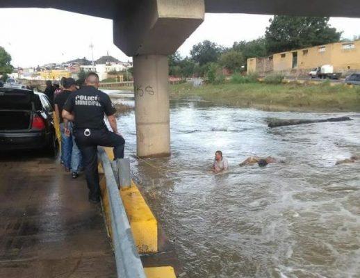 Cae motociclista al cauce del río; casi muere ahogado