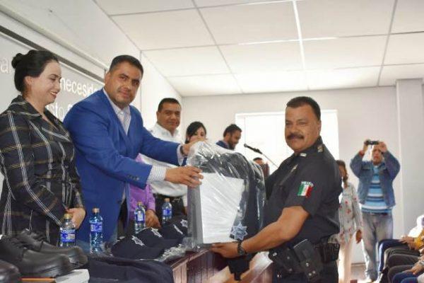 Entrega Alfredo Lozoya uniformes a Agentes de Seguridad Pública