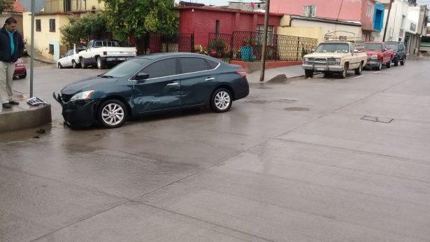 Colisionan vehículos en calles de la Altavista tras omitir un alto