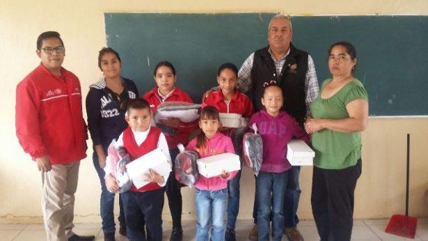 Concluyen entrega de uniformes y calzado escolar en zona rural