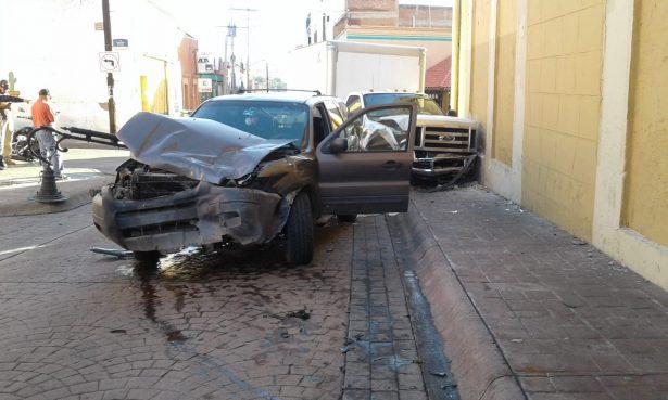 (GALERÍA) Aparatoso choque en centro de la ciudad deja una persona lesionada y daños materiales