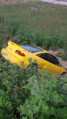 Cae automóvil a desnivel de cinco metros de profundidad