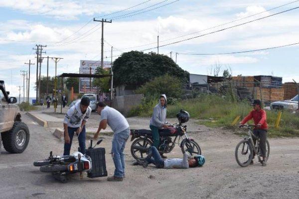 Cae motociclista que derrapo al transitar sobre la avenida Niños Héroes