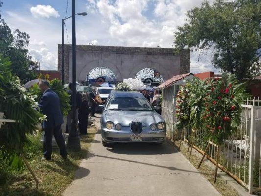 (Videos y Galería) Con mariachi ingresa el cuerpo del presidente de COPARMEX al panteón de Dolores